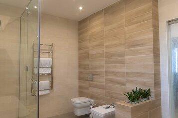 Online design Modern Bathroom by Sophio J. thumbnail