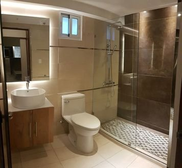 Online design Traditional Bathroom by Jatnna M. thumbnail