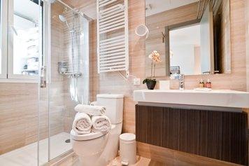 Online design Modern Bathroom by Henrika T. thumbnail