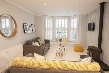 Online design Modern Living Room by Tamna E. thumbnail