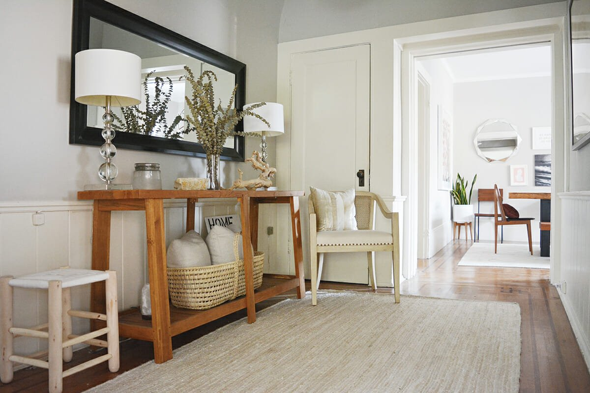 online-interior-designer-neutral-entry-with-natural-details-and-woven-carpet