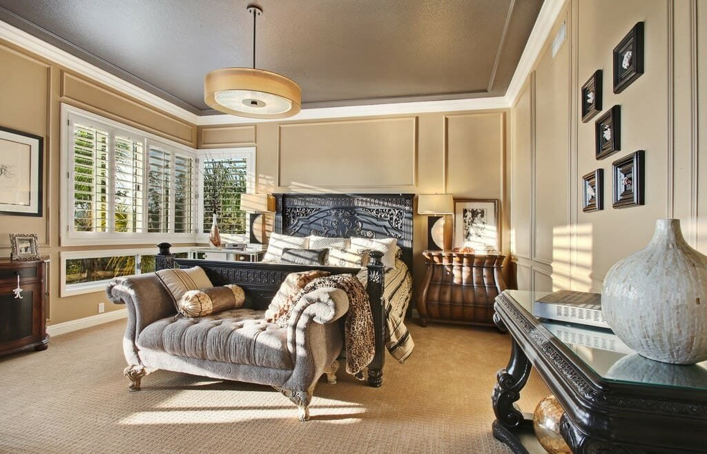Traditional home layout ideas for a bedroom