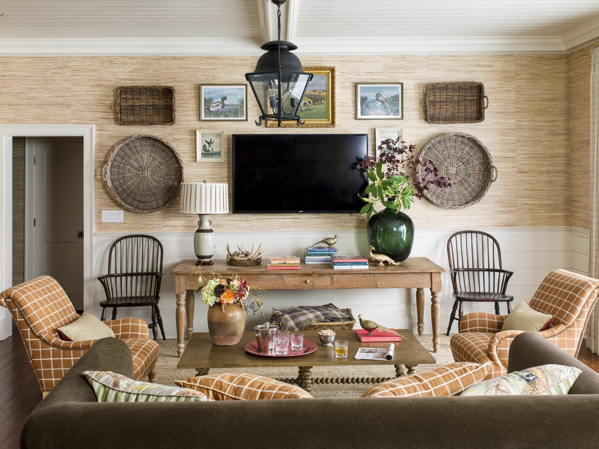 rustic-living-room-grasscloth-wallpaper